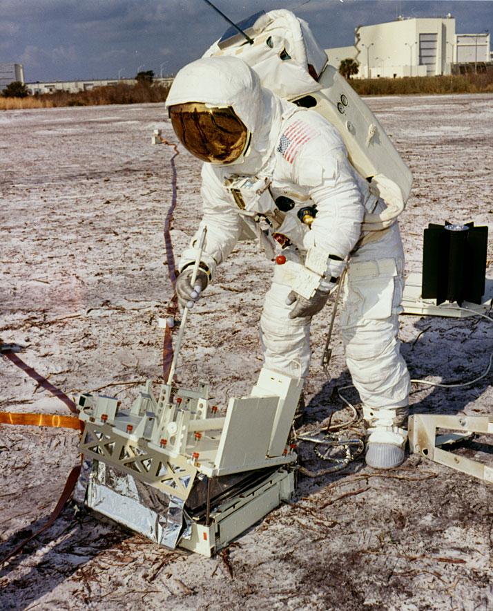 Apollo 13 (1970) - Page 5 Ap13-70-HC-77