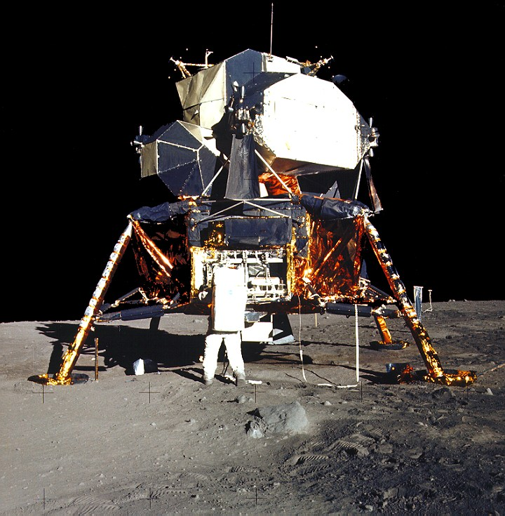 the moon - Why didn't the Apollo 11 lander blow the dust ...